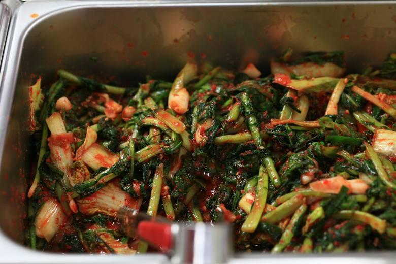 Szybkie kimchi z pokrojonych warzyw można jeść zaraz po przygotowaniu jako sałatkę lub dopiero po ukiszeniu, gdy nabierze kwaskowatego smaku