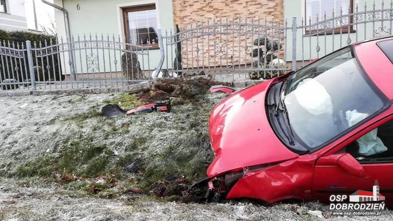 Do kolizji doszło dzisiaj przed godz. 10.00 w miejscowości Główczyce koło Dobrodzienia. Kierowca opla corsy stracił panowanie na śliskiej drodze nad