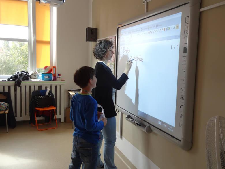 Do dyspozycji uczniów są boiska sportowe, place zabaw, czy sale lekcyjne z tablicami interaktywnymi. Jest też ogródek przyrodniczy i sala gimnastyczna.