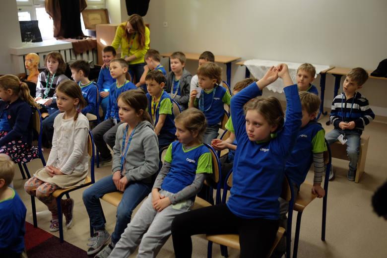 W Cogito podczas lekcji ortografii dzieci piszą tekst na dowolny temat. Następnie prezentują go klasie. Po dyskusji uczniowie wybierają pracę, która najbardziej im się podoba, a następnie wspólnie ją poprawiają.