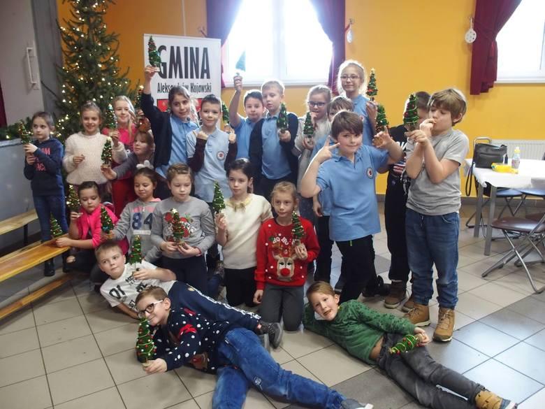 W Służewie tworzyli świąteczne choinki z mchu [zdjęcia]