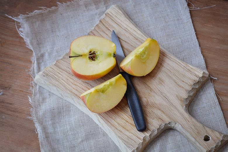 Gwoździe w jabłku to niebezpieczny trend, który od jakiegoś czasu krąży po internecie. Informacja, która głównie wymieniają się kobiety w ciąży dotyczy