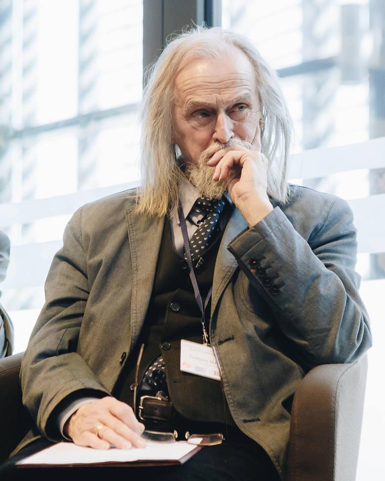 Prof. Tadeusz Sławek: Myślenie i solidarność<br /> Patriota dziś to przede wszystkim człowiek krytycznie myślący, nieulegający łatwym obietnicom, przekonany, że wspólnocie służy się niezależną oceną jej przeszłości i pracą nad solidarnościowym kształtem jej przyszłości.<br />