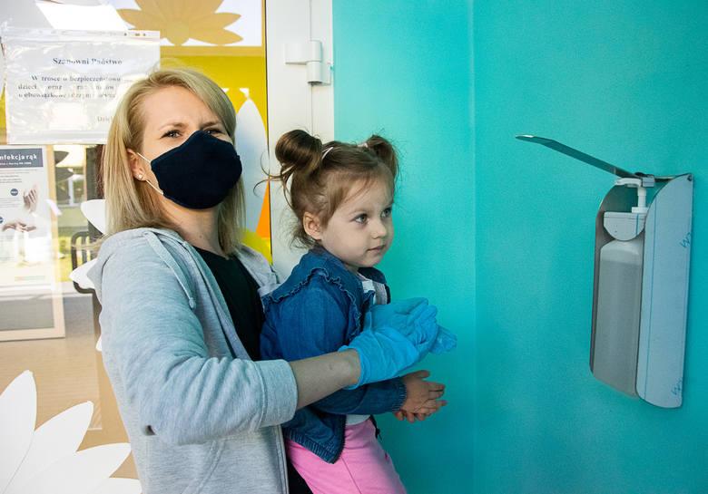 Otworzyły się żłobki i przedszkola w Tarnobrzegu. Pomiar temperatury i dezynfekcja rąk na dzień dobry