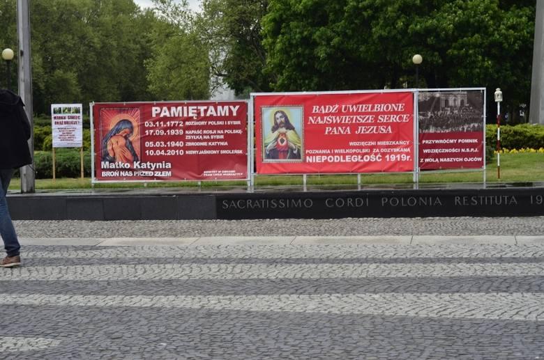 Instalacje z plakatami znajdujące się przy pomniku Poznańskiego Czerwca mają zniknąć najpóźniej do piątku - zapowiada Zarząd Zieleni Miejskiej i organizator