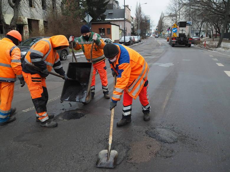 Dotąd Zarząd Dróg i Transportu odebrał ok. 200 zgłoszeń od mieszkańców, które dotyczą dziur w ulicach. Zgłoszenia wpływały głównie za pośrednictwem Facebooka