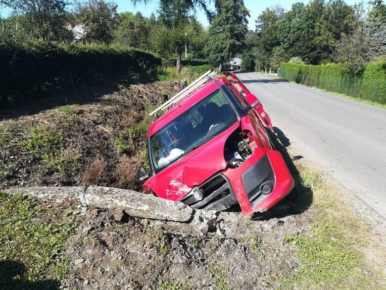 W Zręcinie koło Sanoka pijany kierowca fiata zjechał do rowu i uderzył w przepust. Trafił do szpitala [ZDJĘCIA]