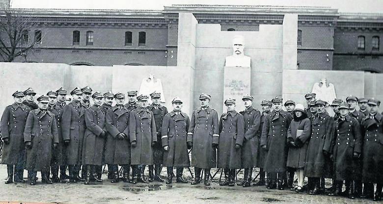 Pożegnanie dowódcy Okręgu Korpusu nr VIII genERAŁA Leona Berbeckiego w listopadzie 1928 roku przed pomnikiem Piłsudskiego na placu św. Katarzyny. Generał został inspektorem armii z siedzibą w Warszawie