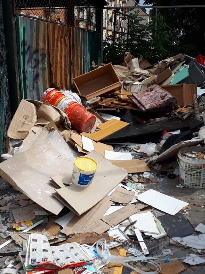 Problem śmieci powraca regularnie w mailach i telefonach od naszych czytelników i internautów. Wiele osób się oburza — i słusznie — na swoich sąsiadów,