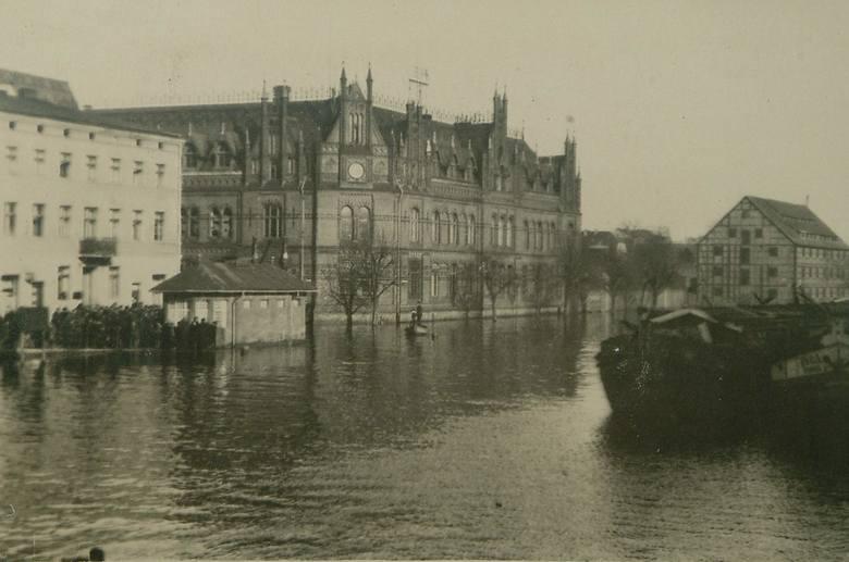 Powódź w Bydgoszcz. W tle budynek Poczty Polskiej.