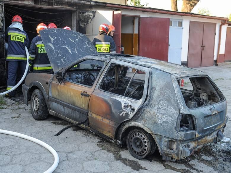 W Przemyślu samochód spłonął w garażu [ZDJĘCIA, WIDEO]