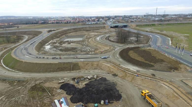 Trwają prace przy budowie obwodnicy Koszalina i Sianowa w ramach drogi ekspresowej S6.Czytaj więcej:To będzie rekordowy sezon na drogachKiedy droga S6