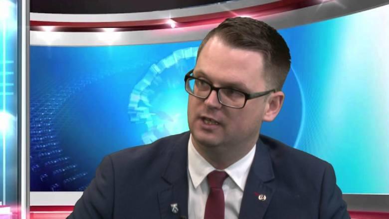Tomasz Banek, naważniejsza osoba w Wietrzychowicach, zarabia 9945 zł. Od stycznia radni podnieśli jego zasadnicze wynagrodzenie o... złotówkę