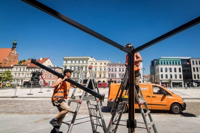 Rewitalizacja Starego Rynku powoli dobiega końca. Dziś, 4 maja, montowano ostatnie konstrukcje parasoli. W ciągu najbliższych dni staną tam ławki, siedziska