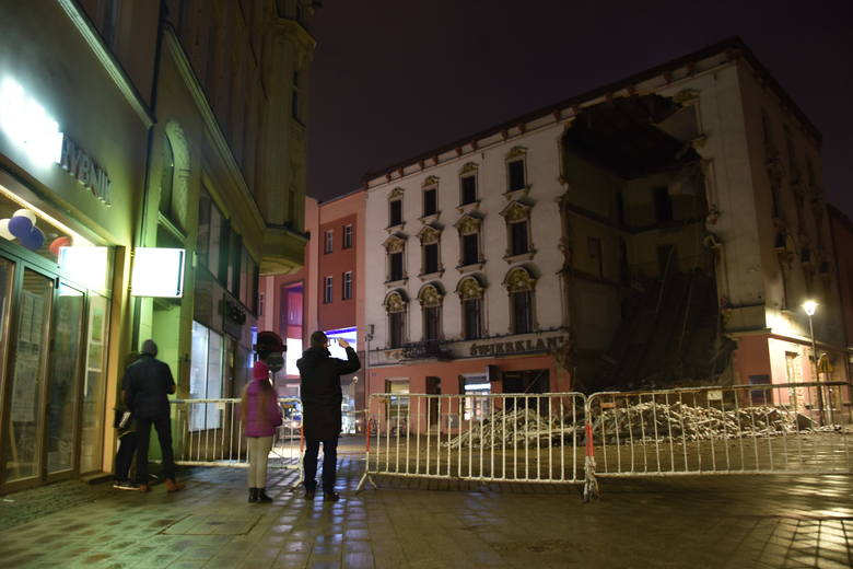 Zawalonego Świerklańca pilnuje w nocy policja. Mieszkańcy Rybnika przychodzą zobaczyć rumowisko.Zobacz kolejne zdjęcia. Przesuwaj zdjęcia w prawo - naciśnij