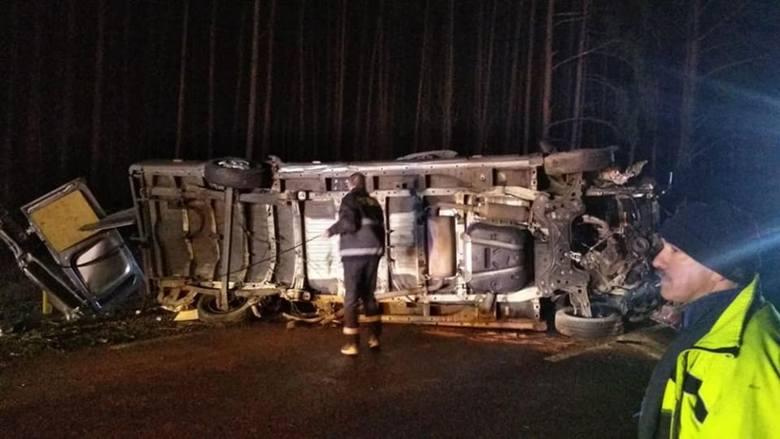 Do wypadku doszło w nocy w sobotę 15 marca na drodze koło Sulęcina. Bus uderzył w nieoświetloną maszynę rolniczą i wpadł na forda.Kierujący busem jechał