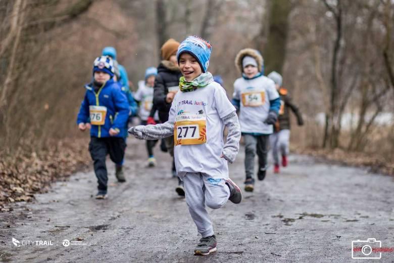 Uczestnicy sobotniego biegu musieli sobie poradzić z ośnieżoną trasą