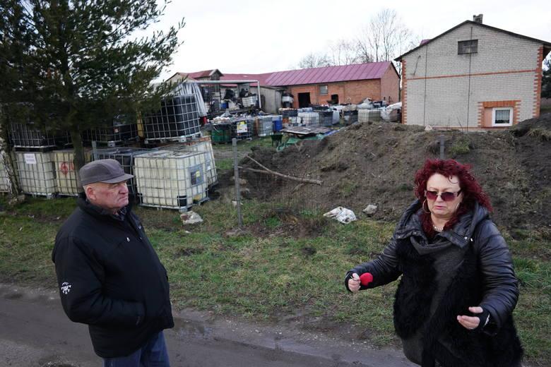 Odpady niebezpieczne, toksyczne i rakotwórcze były nielegalnie składowane na prywatnej działce w miejscowości Szołajdy w gminie Chodów. Służby nie wiedzą ile dokładnie pojemników jest. Wiadomo, że były składowane w budynkach gospodarczych, a część zakopana w ziemi. - To wszystko przez te odpady,...