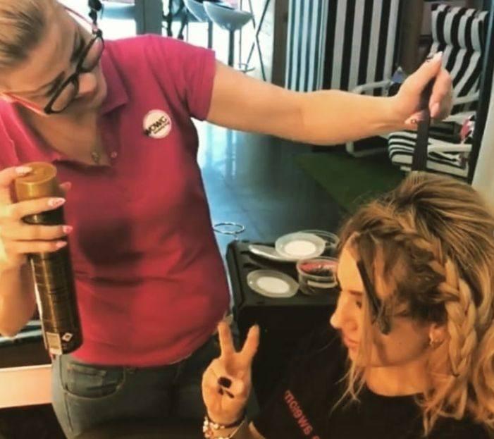 Podkreśla, że podstawą pięknej fryzury muszą być zadbane, zdrowe włosy. Mówi, że dobry fryzjer jest jak lekarz - każdy zabieg poprzedza szczegółowym