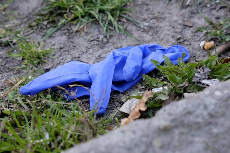 Jednorazowe maseczki i rękawiczki wrzucamy do śmieci zmieszanych zgodnie z zaleceniem Głównego Inspektoratu Sanitarnego.
