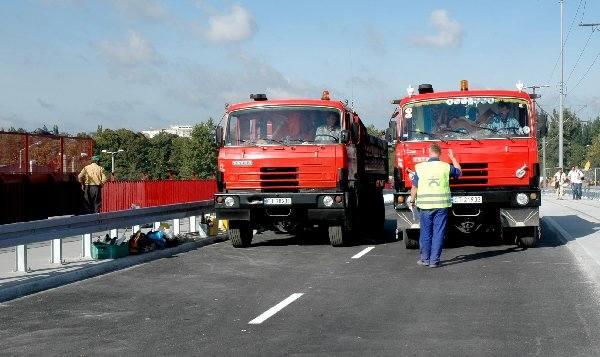 Godzina 9.35. Na odbudowany wiadukt  wjeżdżają pierwsze ciężarówki.