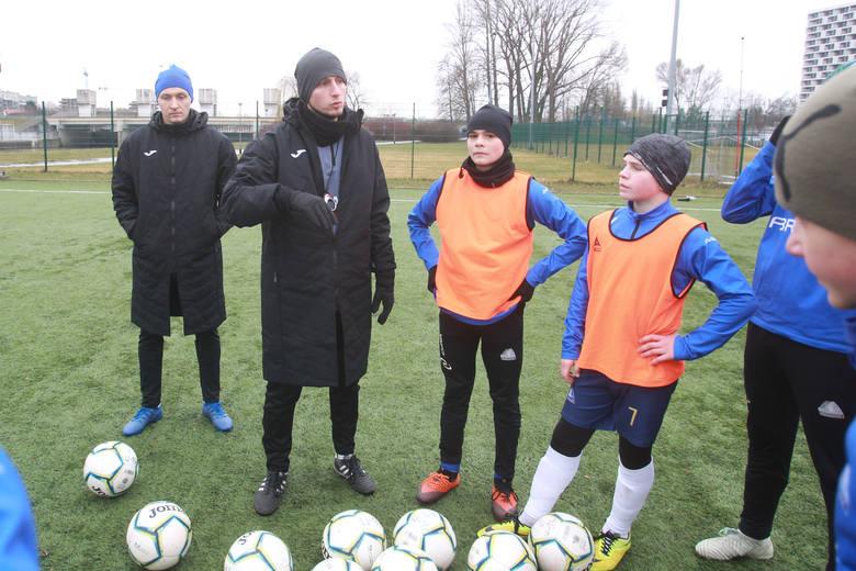 W procesie treningowym certyfikowanej akademii uczestniczy kilku trenerów.