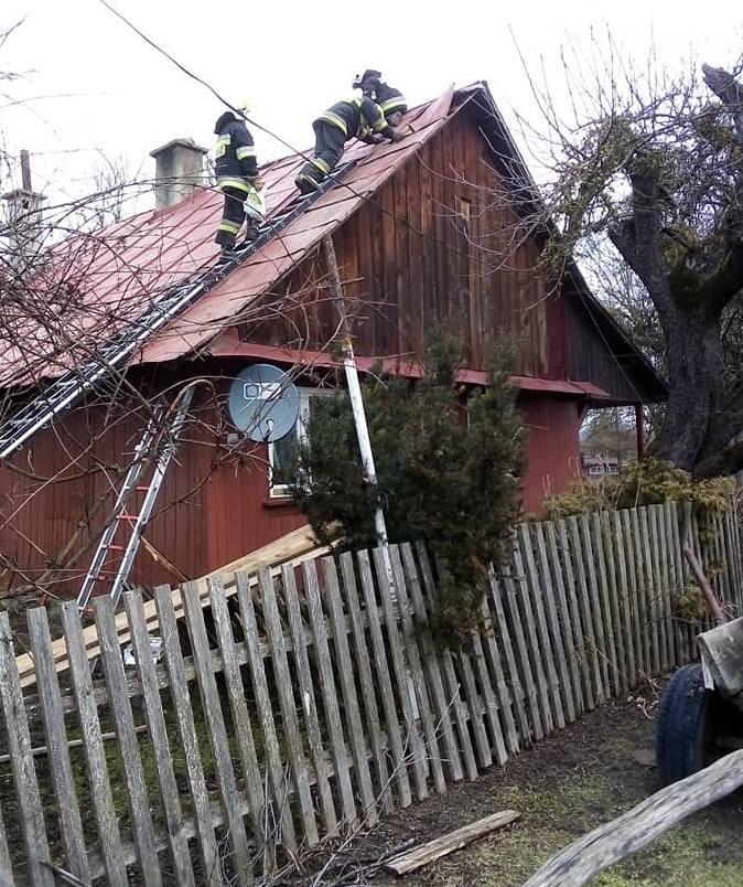 W poniedziałek strażacy z OSP Krasiczyn zostali wysłani do miejscowości Brylińce, gdzie silny wiatr zerwał dach z drewnianego domu.Zobacz też: Silny