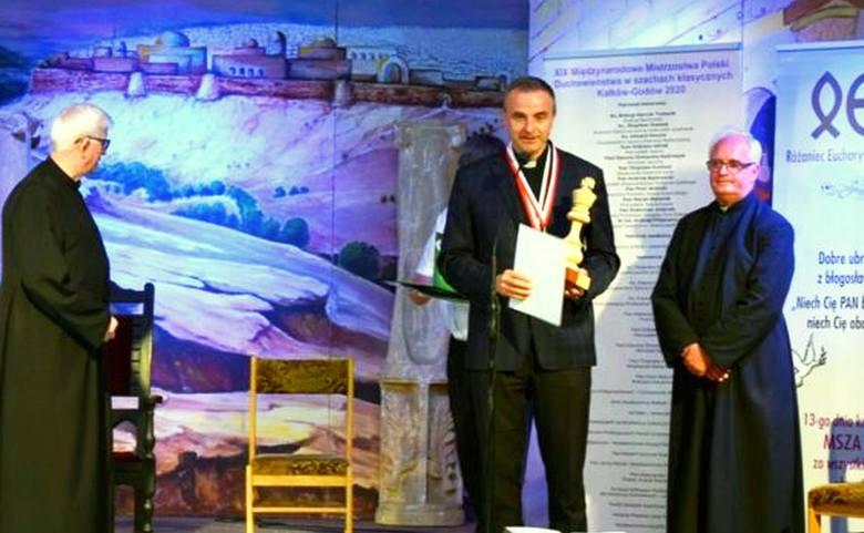 Ksiądz doktor Mirosław Mejzner SAC (w środku) zwyciężył w 19 Szachowych Międzynarodowych Mistrzostwach Polski Duchowieństwa w Kałkowie.