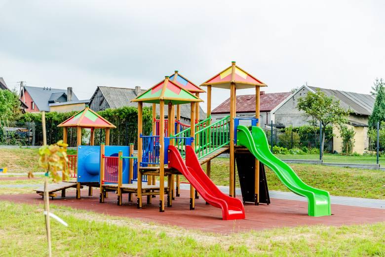 Mieszkańców gminy Chmielnik cieszą nowe miejsca zabaw dla najmłodszych.