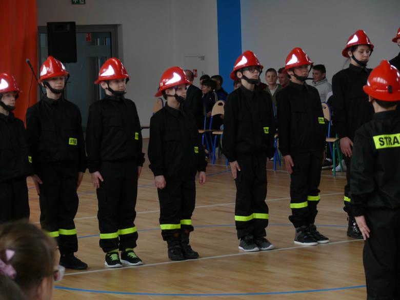 W szkole podstawowej w Bałtowie szkolą przyszłych strażaków. Uczestnicy Akademii Młodego Strażaka dostali mundury [ZDJĘCIA]