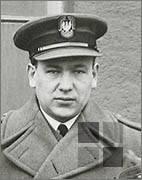 Pułkownik Dominic Morgan, brytyjski attache, oddaje hołd jeńcowi Żagania - Karolowi Bernardowi Buchwaldowi, pochowanemu na cmentarzu w Poznaniu