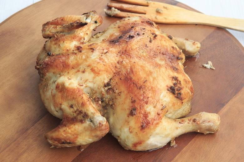"""Zatem określenie """"kurczak wiejski"""" ma zachęcić do zakupu. A czy może być kurczak miejski? Otóż zdecydowana większość kurczaków żyje"""