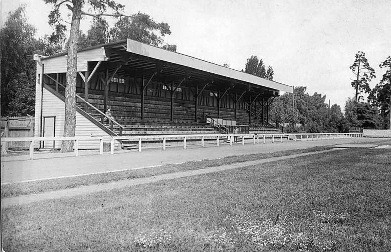 Widok przedwojennego stadionu po wybudowaniu w 1934 roku drewnianej trybuny, która przetrwała aż do początku lat 80.