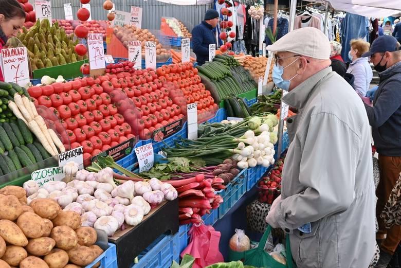 W piątek 22 maja kieleckie bazary tradycyjnie przeżyły oblężenie. Dobrą wiadomością dla klientów jest lekki spadek cen. Znacznie tańsze są truskawki