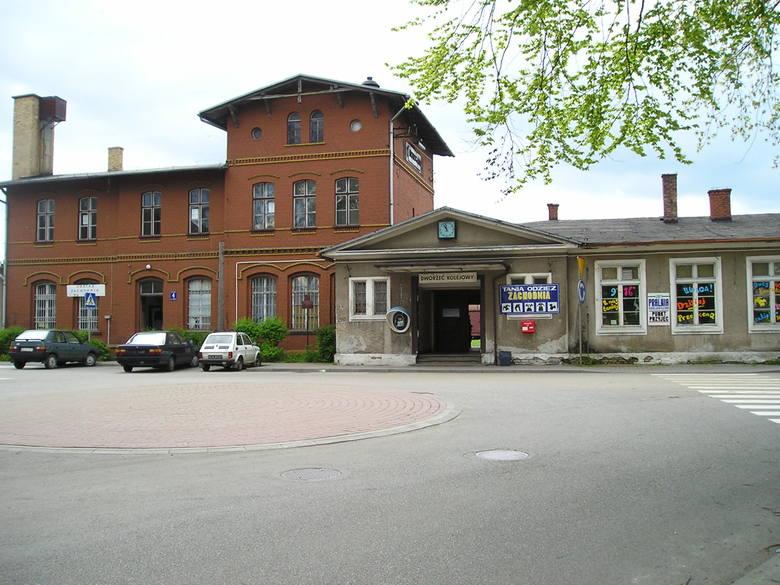 Dworzec kolejowy w Nowogardzie zamiast być wizytówką miasta, stał się jego antyreklamą. Jest szansa, że to się wkrótce zmieni.