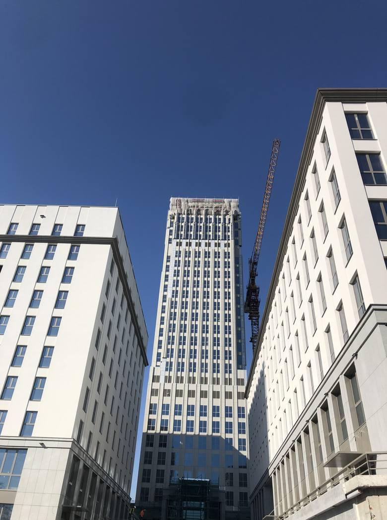 Kraków. Szkieletor zmienił się w Unity Tower. Ze względu na koronawirusa wprowadzono specjalne środki bezpieczeństwa [ZDJĘCIA]