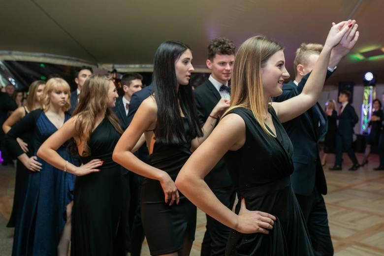 W piątkowy wieczór w Bydgoszczy odbywało się aż siedem studniówek. Wśród maturzystów, którzy bawili się tego dnia na balu studniówkowym, byli uczniowie