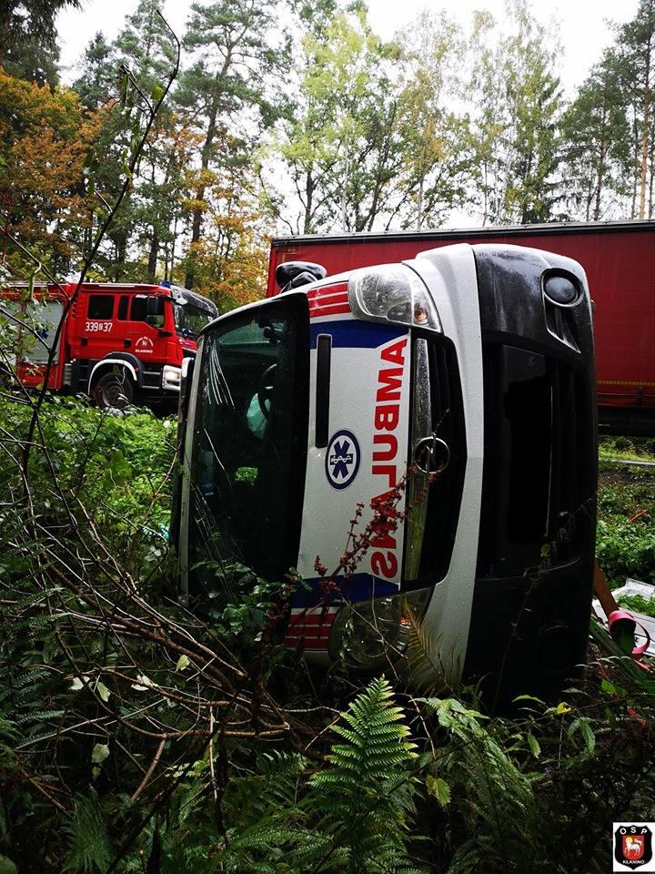 """Do zdarzenia doszło około godziny 11 w okolicy miejscowości Przydargiń na krajowej """"11"""". Kierowca karetki transportowej nie dostosował"""