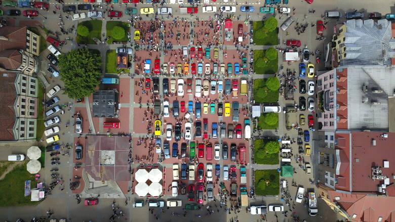 V Wystawa Pojazdów Zabytkowych i Klasycznych w Bytowie. Na rynku pojawiło się kilkaset samochód. Wśród nich mnóstwo kolekcjonerskich perełek. Przez miasto
