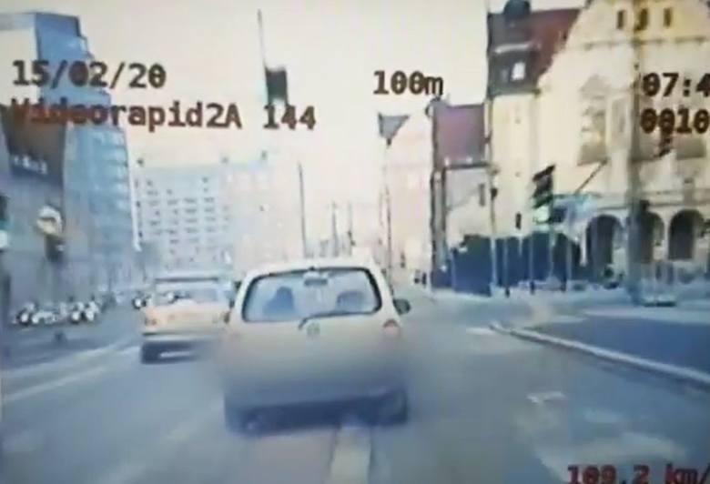 Tak wyglądał pościg ulicami Poznania za kierowcą, który odgryzł policjantowi palec. Zobacz nagranie!