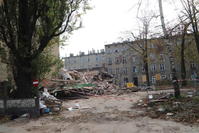 Od zawalonej kamienicy przy ul. Rewolucji 1905 r. pociagnięty był prąd do posesji nr 27. Teraz został odcięty
