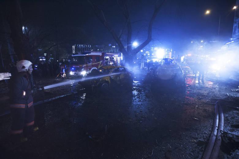 """W niedzielę, 13 marca w stołecznym parku w Ankarze wybuchł samochód-pułapka. Turecka telewizja NTV informuje o """"wielu zabitych"""". CNN"""