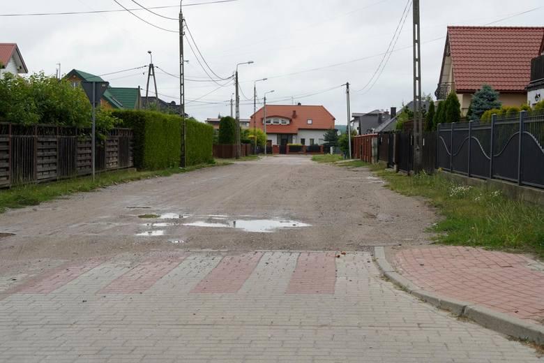 Mieszkańcy ul. Szewko wciąż czekają na nawierzchnię.