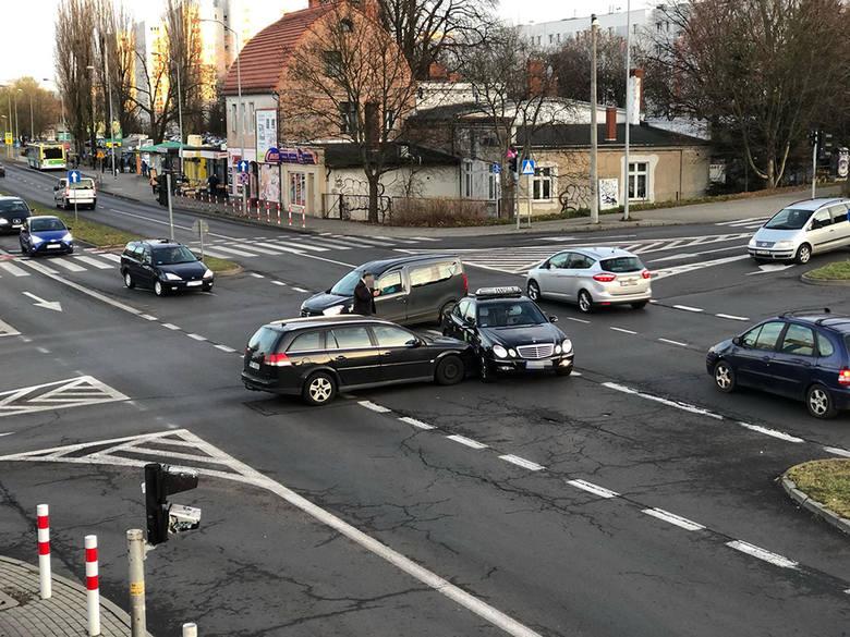 Do zderzenia dwóch samochodów doszło w poniedziałek, 9 grudnia, na skrzyżowaniu al. Wojska Polskiego i ulic Zacisze i Wyszyńskiego w Zielonej Górze.Na