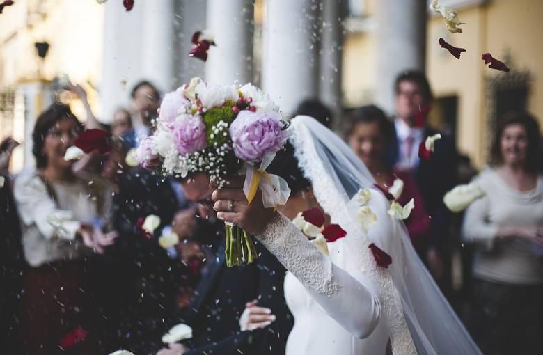Ślub i wesele są jednymi z najważniejszych ceremonii dla człowieka - w tym dniu wszystko się zmienia (oczywiście na lepsze), a by tak się stało, robimy