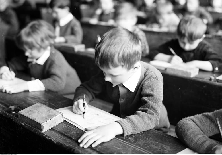 100 lat mundurków szkolnych - jak się zmieniały na przestrzeni lat? Zdjęcia archiwalne