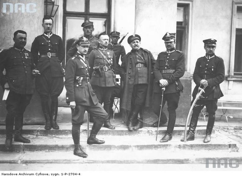 Oficerowie marszałka Józefa Piłsudskiego na schodach przed Belwederem.