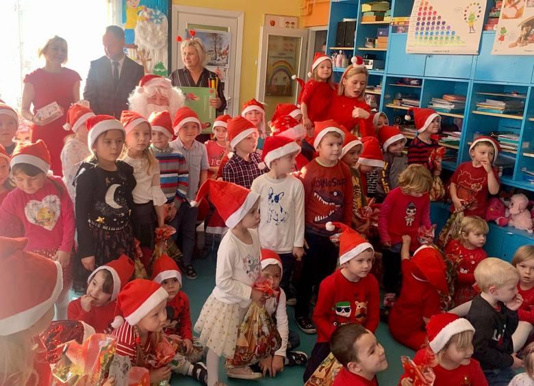 Mikołajki w gminie Działoszyce w tym roku były wyjątkowe i pełne uśmiechu. Po całej gminie wędrował nie tylko Święty Mikołaj, ale także bałwanek Olaf