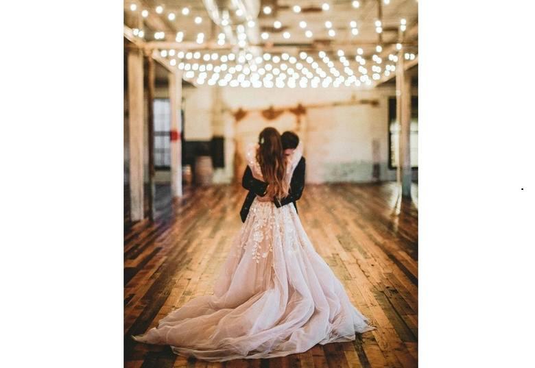 TOP 10 sukni ślubnych. Te sukienki są najmodniejsze w 2018 i pasują do każdej figury. Jak znaleźć idealną suknię ślubną?