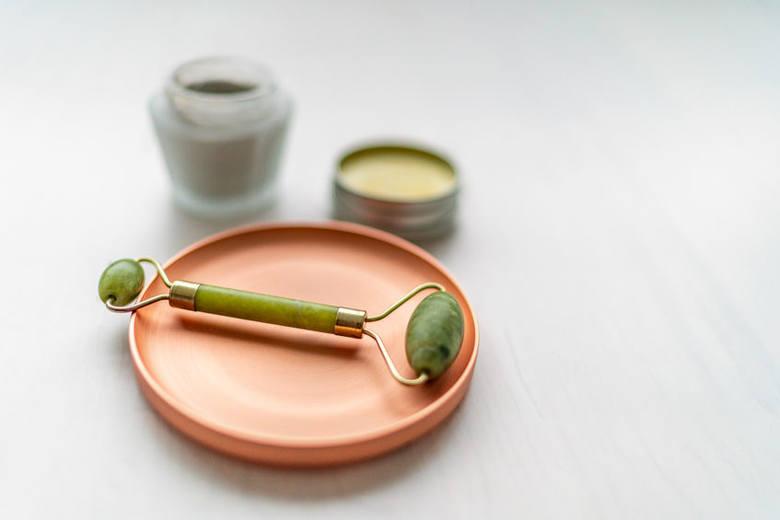 Wałek jadeitowy do masażu twarzy to hit na drogeryjnych półkach! Masażer do twarzy wykonany z jadeitu lub kwarcu zbiera mnóstwo pozytywnych recenzji